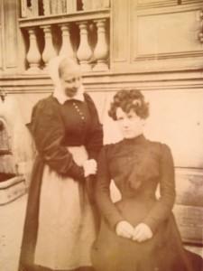 Vor dem protestantischen Heim deutscher Erzieherinnen in Paris, ca. 1900